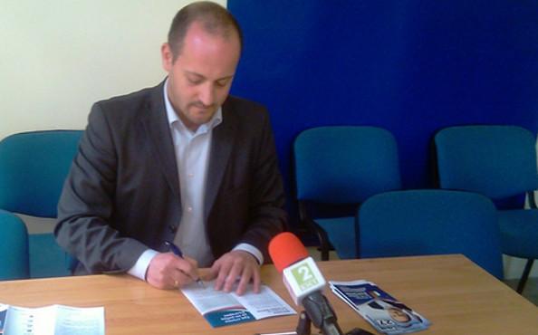 Радан_Кънев_подписва_договор